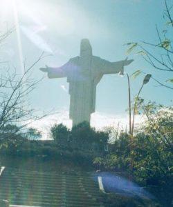 Cristo über Cochabamba im Gegenlicht